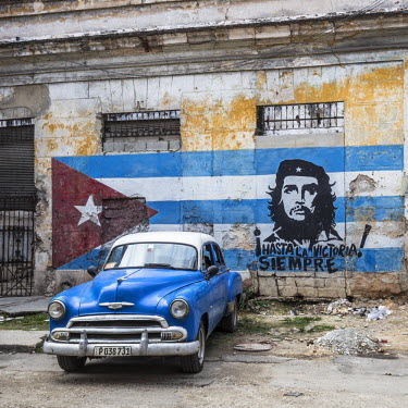 CB01622 Classic American car and Cuban flag, Habana Vieja, Havana, Cuba
