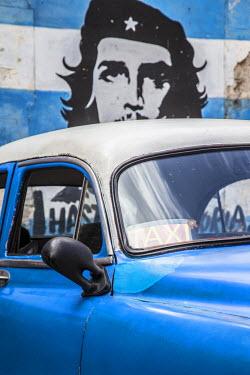 CB01624 Classic American car and Cuban flag, Habana Vieja, Havana, Cuba
