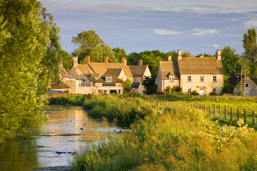 ENG12247AW Cottages near the River Coln at Fairford in the Cotswolds, Gloucestershire, England. Summer