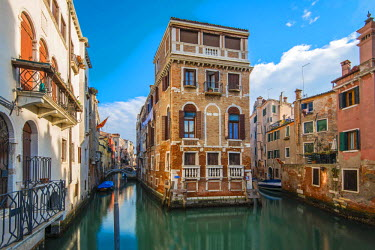 ITA4083AW Picturesque view over two water canals in Venice, Veneto, Italy