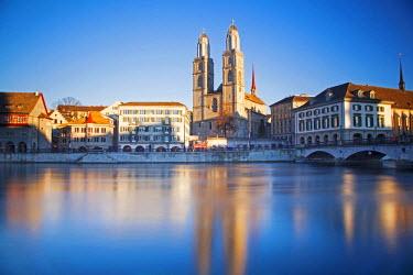 SWI7552 Switzerland, Zurich. Zurich historic quarter over the Limmat River.