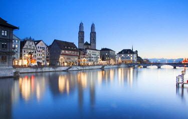 SWI7553 Switzerland, Zurich. Zurich historic quarter over the Limmat River.