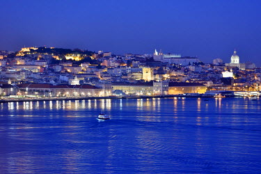 POR8202AW The Tagus river (rio Tejo) and the historical center of Lisbon, capital of Portugal