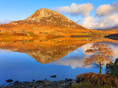 IRL0173AW Ireland, Co.Donegal, Mount Errigal reflected in Lough Dunlewey