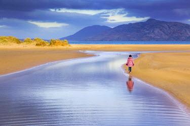 IRL0206AW Ireland, Co.Donegal, Fanad, Ballymastoker bay, girl walking on beach (MR)
