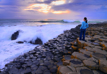 NIR8833AW Northern Ireland, County antrim, Giants causeway, woman looking at sea