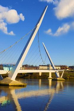 NIR8840AW Northern Ireland, County Derry, Peace bridge