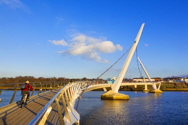 NIR8841AW Northern Ireland, County Derry, Peace bridge