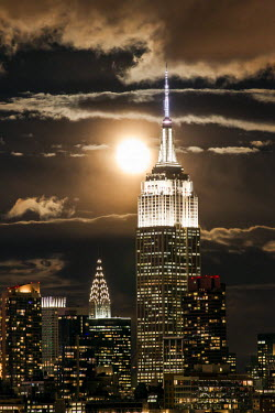 US60368 Manhattan, Moonrise over the  Empire State Building and Midtown Manhattan looking across the Hudson River, New York, United States of America
