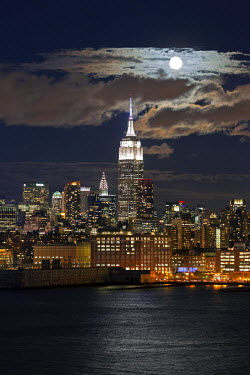 US60369 Manhattan, Moonrise over the  Empire State Building and Midtown Manhattan looking across the Hudson River, New York, United States of America