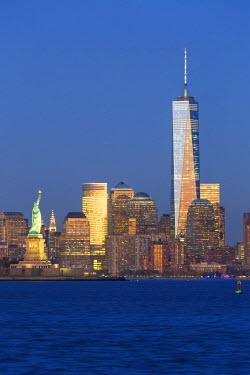 US60392 Statue of Liberty, One World Trade Center and Downtown Manhattan across the Hudson River, New York, Manhattan, United States of America