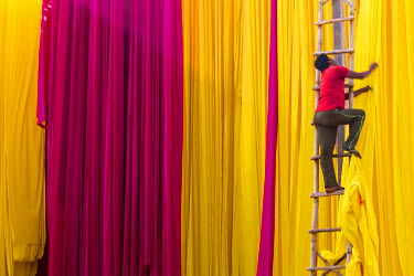 IN05658 Sari Factory, Textiles dried in the open air, The textiles are hung to dry on bamboo rods, the long bands of textiles are about 800 metre in length, nr Jaipur, Rajasthan, India