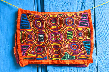 HMS0620618 Panama, San Blas archipelago, Kuna Yala autonomous territory, Carti island, molas (embroidered textiles) by the Kuna indian