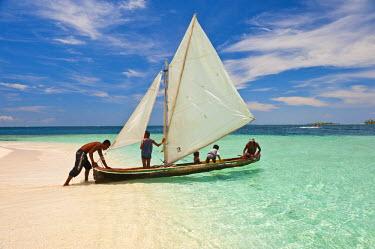 HMS0620647 Panama, San Blas archipelago, Kuna Yala autonomous territory, Los Pelicanos island, ulu, kunas boat fishing