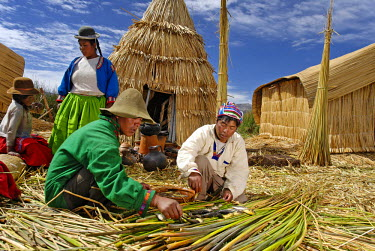 HMS0301846 Peru, Puno Province, lake Titicaca, floating islands of Uros, the inhabitants live off dried fish barter which they exchange for vegetables and pottery