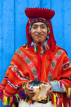 HMS0385819 Peru, Cuzco province, Huaro, dancer in traditional costume for the corn festival, Sara Raymi