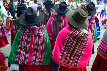 HMS1394147 Peru, Cuzco province, Cuzco, christmas market, quechua women and colored ponchos