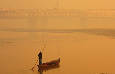 AS10AAS0243 India, Bihar, Patna, Sonepur, Sonepur Mela Cattle Fait (largest in Asia), man crossing the Gangak river at sunrise by boat