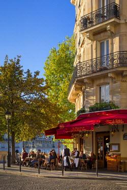 EU09BJN1433 Late afternoon sunlight on La Brasserie de Ile Saint-Louis Cafe, Ile Saint-Louis, Paris, France
