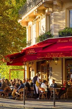 EU09BJN1434 Late afternoon sunlight on La Brasserie de Ile Saint-Louis Cafe, Ile Saint-Louis, Paris, France