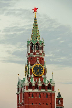 RU01392 The Kremlin clocktower in Red Square, Moscow, Russia