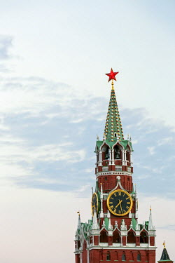 RU01393 The Kremlin clocktower in Red Square, Moscow, Russia