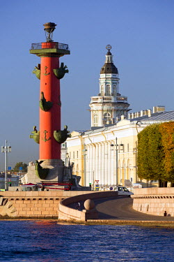 RU02328 Building of the first Russian museum Kunstkamera (Kustkammer) and historic Rostral Columns in Saint Petersburg, Russia