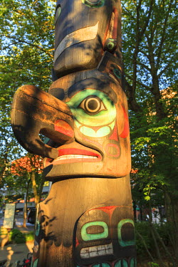 US48SWS0566 Hanging flower baskets, Native American Totem Pole, Pagoda, Pioneer Square, historical area, Seattle, USA, Washington, USA