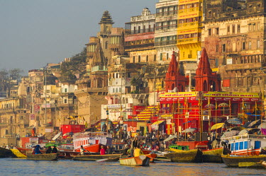 IND7777AW Varanasi, Uttar Pradesh, India, Asia. Morning scene on the ghats