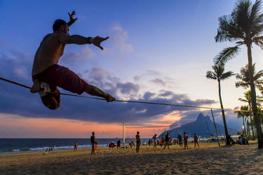 HMS1697022 Brazil, Rio do Janeiro, Ipanema district, Slackline slack (the goal is to move to a slightly elastic strap without any accessories)