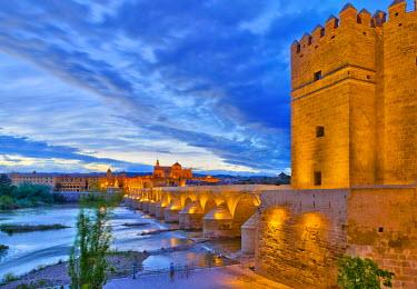 ES05954 Spain, Andalucia, Cordoba Province, Cordoba, Roman Bridge (Puente Romano) over Guadalquivir River and Mezquita (Mosque-Cathedral of Cordoba, UNESCO World Heritage Site)