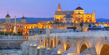 ES07093 Cathedral (Mezquita) and Roman bridge at sunset, Guadalquivir river, Cordoba, Andalusia, Spain