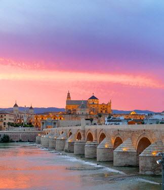 ES07041 Cathedral (Mezquita) and Roman bridge at sunset, Guadalquivir river, Cordoba, Andalusia, Spain
