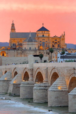 ES07042 Cathedral (Mezquita) and Roman bridge at sunset, Guadalquivir river, Cordoba, Andalusia, Spain