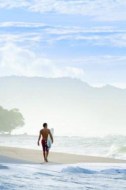 CR33040AW Central America, Costa Rica, Puntarenas, Nicoya peninsula, a male surfer on a beach near Santa Teresa (MR)