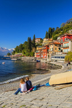ITA4468AW Tourists watching the lake in Varenna, Lake Como, Lombardy, Italy