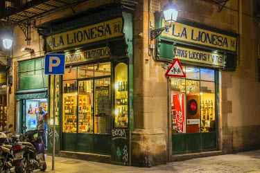 SPA6459AW Old shop with vintage sign in Barrio Gotico or Barri Gotic medieval district, Barcelona, Catalonia, Spain