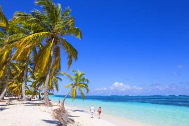 DM01398 Dominican Republic, Punta Cana, Coiple walking along Playa Cabeza de Toro