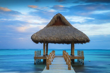 DM01412 Dominican Republic, Punta Cana, Playa Blanca, Wooden pier with thatched hut