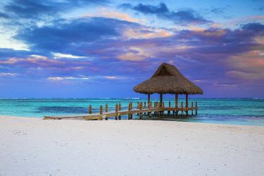 DM01414 Dominican Republic, Punta Cana, Playa Blanca, Wooden pier with thatched hut