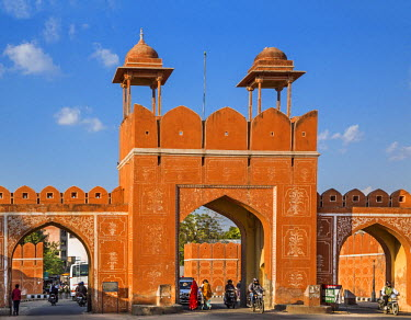 IND7813 India, Rajasthan, Jaipur.  Joravar Singh Gate is one of seven gates leading into the old city of Jaipur.