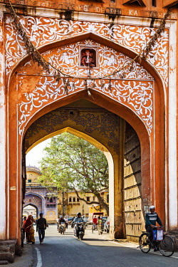 IND7827 India, Rajasthan, Jaipur.  The ornate Sireh Deorhi or Boundary Gate leads to the City Palace complex in the old city of Jaipur.