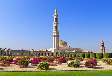 OMA2528 Oman, Muscat, Boshar.  The magnificent Sultan Qaboos Grand Mosque. Construction started in 1995 and took six years to complete.