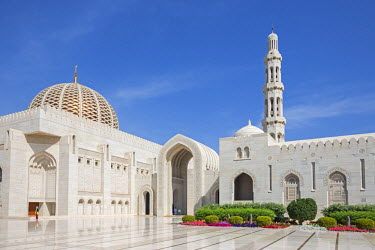 OMA2534 Oman, Muscat, Boshar.  The dome and main minaret of the magnificent Sultan Qaboos Grand Mosque. Construction started in 1995 and took six years to complete.