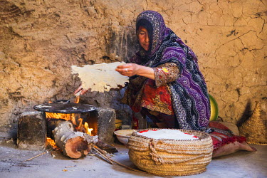 OMA2576 Oman, Ad Dakhiliyah Governorate, Al Hamra. A woman makes Omani bread in Bait al Safah which is a living Museum in the almost abandoned old mud-brick village of Al Hamra.