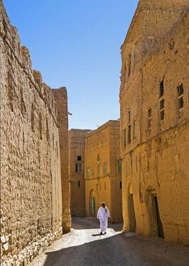 OMA2580 Oman, Ad Dakhiliyah Governorate, Al Hamra. A high-walled narrow street in the old, almost abandoned mud-brick village of Al Hamra.