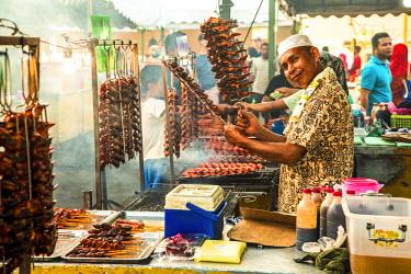 MY02272 Grilling chicken wings, Night food market, Kota Kinabalu, Sabah, Borneo, Malaysia