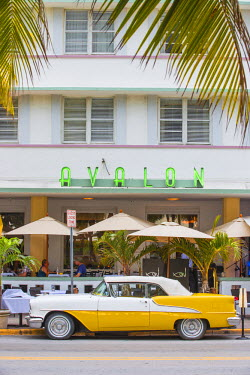 US11804 U.S.A, Miami, Miami Beach, South Beach, Ocean Drive, Yellow and white vintage car parked outside Avalon Hotel