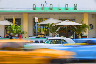US11778 U.S.A, Miami, Miami Beach, South Beach, Ocean Drive, Traffic passing Yellow and white vintage car parked outside Avalon Hotel