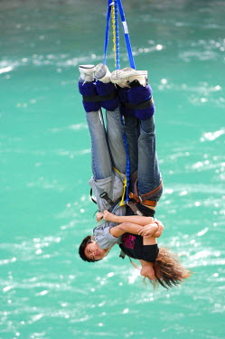 HMS0847508 New Zealand, South Island, Region of Otago, Queenstown, Kawarau Bridge, place of bungy jumping, couple suspended at an elastic
